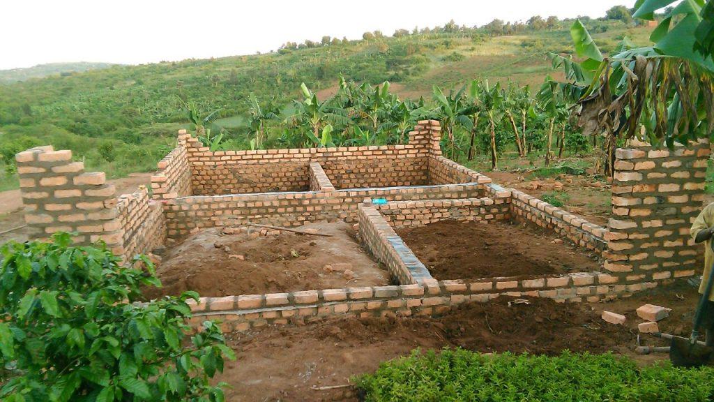 La construcción de  vivienda  para el vigilante y cuidadora de los colegios.