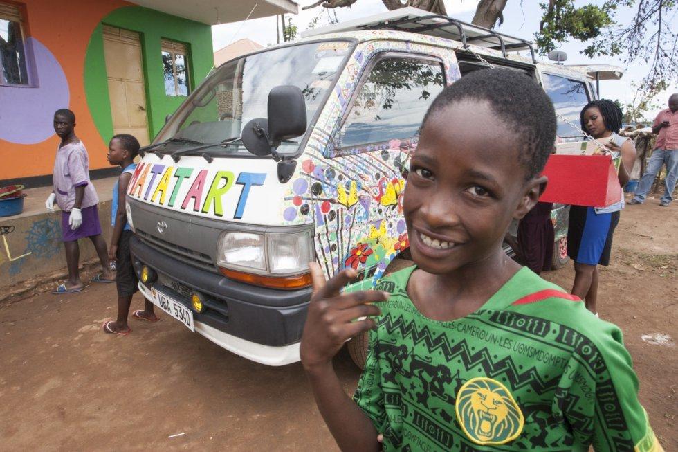 Una biblioteca que cabe en una furgoneta para los niños de la calle de Kampala